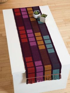 Manhattan table runners this is a weaving project but i think i could work it out as a shadow knitting project very cool design – Artofit Weaving Designs, Weaving Projects, Weaving Patterns, Knitting Projects, Loom Weaving, Hand Weaving, Placemat Design, Table Runner Pattern, Rugs