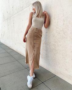 Jeansröcke gibt's nicht nur im Mini, sondern auch im Maxi-Format! helen.a.n stylt ihren camelfarbenen Maxirock fast Ton-in-Ton mit beigem Top und weißen Sneakern. #fashion #sommeroutfit #jeansrock #maxirock #ootd #outfit #sneaker #COUCHstyle