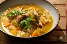 Dit is een lekker pittige soep, gekruid met oosterse specerijen. De rijst en de reepjes kalkoen maken er een volwaardige maaltijd van.