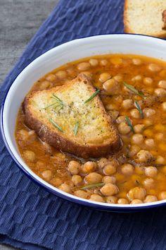 Zuppa di ceci: un primo piatto molto semplice e gustoso. Una ricetta povera, di origine contadina, che si prepara in pochissimo.  [chickpeas soup]