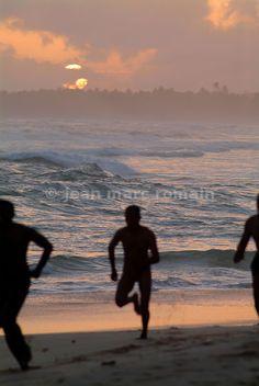 Hommes courant sur une plage au Sri Lanka