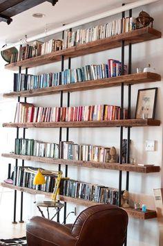 Wyposażenie, Industrialny regał na książki - Industrialny regał wykonany z surowych rur stalowych w połączeniu z grubymi, leciwymi deskami.T...