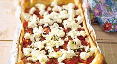 Tomatentaart met geitenkaas | foodies magazine Quiches, Tarte Fine, Pizza Party, I Love Food, Feta, Foodies, Veggies, Healthy Recipes, Healthy Food