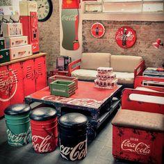 from Catálogo Coca Cola Urban 2015 - Coca Cola - Idea of Coca Cola Vintage Coca Cola, Retro Vintage, Coca Cola Life, World Of Coca Cola, Coca Cola Bottles, Pepsi Cola, Garrafa Coca Cola, Coca Cola Decor, Coca Cola Kitchen