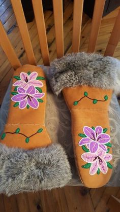 Ladies mitts, so beautiful! Native Beading Patterns, Beadwork Designs, Native Beadwork, Native American Beadwork, Loom Patterns, Sewing Patterns, Beaded Moccasins, Nativity Crafts, Mittens Pattern