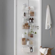 """Des étagères spéciales pour une porte. Ce module """"Utility Door and Wall Rack"""" d'Elfa s'installe sur la porte de la salle de bains pour y ranger les produits de beauté ou pourquoi pas sur la porte de la cuisine pour ranger quelques épices."""