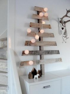 Easy Ideas for Handmade Christmas Decor. Spread holiday cheer with these Wall Christmas Tree - Alternative Christmas Tree Ideas and other holiday ideas. Pallet Christmas, Wooden Christmas Trees, Winter Christmas, Christmas Decorations, Rustic Christmas, Modern Christmas, Simple Christmas, Minimalist Christmas, Christmas Lights