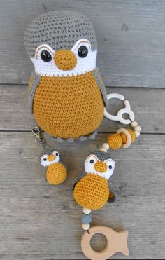 Stall Set … nr 2 in a beautiful ocher yellow color A very popular color …. Crochet Baby Toys, Crochet Bunny, Crochet Animals, Crochet For Kids, Loom Knitting, Baby Knitting, Crochet Bear Patterns, Diy Bebe, Baby Rattle