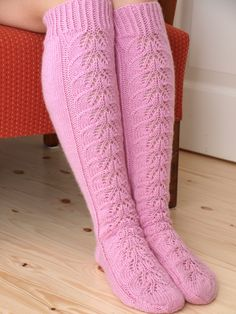 KARDEMUMMAN TALO: Vaaleanpunaisia unelmia Boot Cuffs, Knitting Accessories, Knitting Socks, Hand Warmers, Knit Patterns, High Socks, Mittens, Knit Crochet, My Style