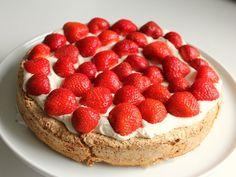 Mandelbund med flødecreme og sommerbær – Ellevild Madblog Danish Dessert, Danish Food, Sweet Recipes, Cake Recipes, Dessert Recipes, Pudding Desserts, Gluten Free Cakes, Recipes From Heaven, Cakes And More