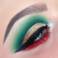 A beautiful Christmas makeup look by with the red and green eyeshadow, and the winged eyeliner. Green Eyeshadow, Makeup Eyeshadow, Makeup Eyebrows, Holiday Makeup Looks Christmas, Christmas Parties, Kids Christmas, Christmas Fairy, Holiday Nails, Magical Christmas