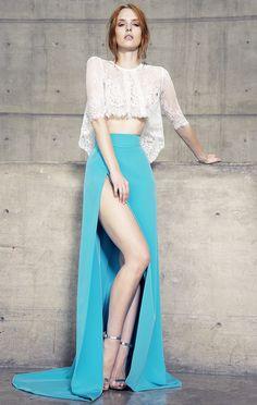 Vestido de fiesta, dos piezas<br>Crop top asimétrico con manga corta, color ivory.<br>Falda la cintura con ligera cauda y abertura a un costado en color turquesa.<br>Elaborado con guipure francés.