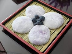 Mochi with a non-traditional filling! I adjusted the sugar when I was making the mochi because the filling is already sweet and decadent. Japanese Desserts, Asian Desserts, Japanese Food, Asian Recipes, Green Tea Mochi, Strawberry Mochi, Butter Mochi, Mochi Cake, Mochi Recipe