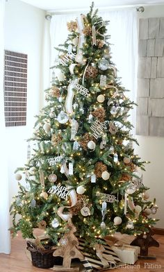 Fabulous Christmas decorated living rooms to inspire - Happy Christmas - Noel 2020 ideas-Happy New Year-Christmas Woodland Christmas, Noel Christmas, Christmas Tree With Gifts, White Christmas, Christmas Ideas, Farmhouse Christmas Decor, Country Christmas, Natal Country, Christmas Tree Decorations