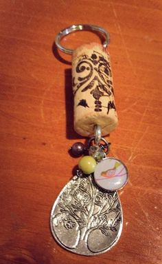 Wine+cork+key+chains+made+to+strut+your+by+HeirloomsAndHope, - Joli et inventif.