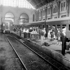 Andenes de Estación Mapocho. Santiago 1955. #chilehistórico Old Pictures, Old Photos, South America, Street View, Train Stations, Black And White, Nature, Canon, Posters