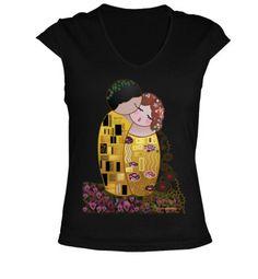 Kokeshi The Kiss of Klimt t-shirt by Pendientera  http://www.latostadora.com/pendientera/camiseta_cuello_pico_kokeshi_e/166630