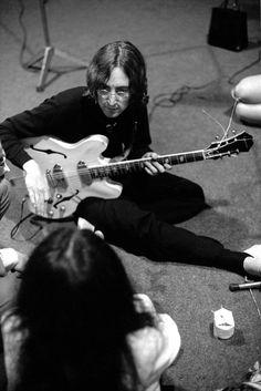 "'John & Yoko at a recording session for the album ""The Beatles"" (White Album)' Imagine John Lennon, John Lennon And Yoko, Beatles One, Beatles Photos, John Lenon, I Am The Walrus, Famous Guitars, Lennon And Mccartney, The White Album"