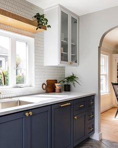 Natural shelf above window 💯 Diy Kitchen Cabinets, Kitchen Cabinet Colors, Kitchen Redo, Home Decor Kitchen, Kitchen Interior, New Kitchen, Home Kitchens, Brass Kitchen, Dark Cabinets