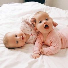* Mimíí , on mě tahá za vlásky! Cool Baby, Cute Baby Twins, Cute Little Baby, Baby Kind, Little Babies, Baby Love, Twin Baby Girls, Precious Children, Beautiful Children