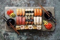 The Dos and Don'ts of Sushi Love sushi? It happens to be one of the healthiest foods around! But there are definitely some diet don'ts on sushi menus. Sake Sushi, Sushi Love, Sushi Sushi, Japanese Food Sushi, Japanese Diet, Sushi Menu, Sushi Party, Sushi Fillings, Healthy Sushi