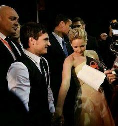 Josh hutcherson and Jennifer Lawrence HOLDING HANDS :D ♡♡♡♡
