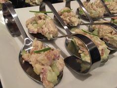 Ook deze amuse met paling en komkommer heb ik afgelopen oud & nieuw gemaakt. Wederom lekker simpel en snel te maken. Je zou evt de gerookte paling ook kunnen vervangen door gerookte makreel Ingrediënten voor 4 a 5 lepels: 50 gram gerookte paling stukje komkommer van ongeveer 2 cm …