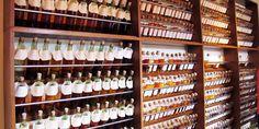 Rien n'évoque plus la douce sensation d'ivresse qu'un beau bar rempli de vieilles bouteilles d'alcool.  .. #ART - #Alcool, #Packaging, #Vintage