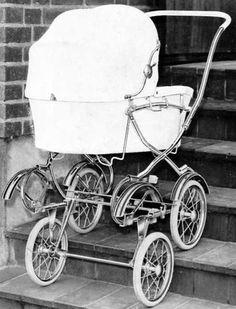 """SVENSKTILLVERKADE BARNVAGNAR FRÅN 1960-TALET EMMALJUNGA 98 trappgående.  Här har vi den häpnadsväckande nyheten från år 1963 – barnvagnen som kunde """"gå"""" i trappor!  Vagnen sas även kunna ställas i trappor – liksom på bilden – men HUR säkert var det om barnet rörde på sig???  Vävplast och celluloidhandtag.     Vikt ca 17 kg.     Givetvis kom även AWN och BRIO med samma nymodighet. Vem som först lanserade den trappgående vagnen känner jag tyvärr inte till."""