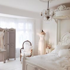 Just walked into my bedroom and saw how beautiful the light is in here... Sorry for all the bedroom photos of today but I had to share one more!