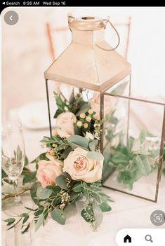 Lantern Centerpiece Wedding, Simple Wedding Centerpieces, Wedding Lanterns, Wedding Table Centerpieces, Centerpiece Ideas, Centerpiece Flowers, Table Wedding, Wedding Rustic, Lanterns With Flowers