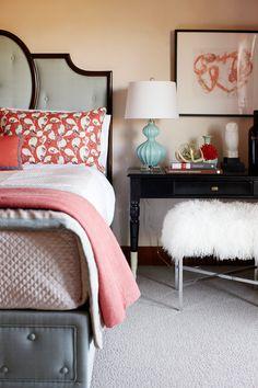 bedroom | coral and grey J'aime le recouvrement matelassé du sommier.
