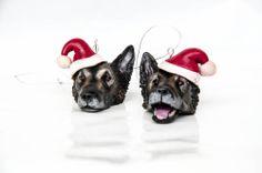 Závesné ozdoby podľa fotografie - set 2 ks Závesné ozdoby je možné zavesiť kamkoľvek....na vianočný stromček, na okno, na vianočné dekorácie...kamkoľvek... Hlavičky sú vyrobené z fima - nezávadnej polymérovej hmoty. Sú domaľované a farby sú zapečené spolu s hmotou, takže sa netreba obávať ich straty. Ušká a jazyk sú spevnené živicou. Tieto už majiteľa majú, ...
