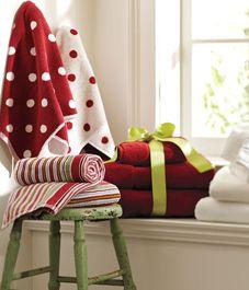 Holiday bathroom decor tips Christmas Countdown, Christmas Love, Christmas Holidays, Christmas Ideas, Xmas, Christmas Table Settings, Christmas Decorations, White Wooden Chairs, Bathroom Towel Decor