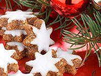 Bez ořechů by Vánoce snad ani nemohly být. Mnohé z cukroví se bez nich neobejde a do leckterého těsta se dá trocha mletých jader přidat pro zajímavější chuť. Následující recept je v ořechovém slova smyslu luxusní: Radí smíchat vlašáky a lískáče. Gingerbread Cookies, Sugar, Baking, Cakes, Kitchen, Xmas, Gingerbread Cupcakes, Cooking, Cake Makers
