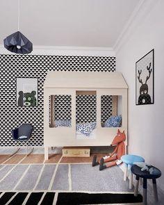 """733 curtidas, 9 comentários - MOOUI descontos BLACK FRIDAY (@amomooui) no Instagram: """"// INSPIRAÇÃO // Tudo nesse quartinho é lindo! Cama de casinha, papel de parede geométrico,…"""""""