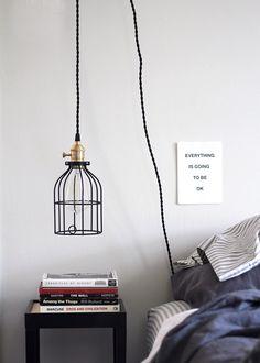 Mẫu đèn dây treo xinh xắn này không chỉ là điểm nhấn giúp bạn tiết kiệm được không gian bày trí của chiếc táp đầu giường mà còn góp phần trang trí cho phòng ngủ nhỏ thêm phần phong cách và đáng yêu hơn nữa.
