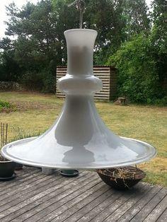 """Denne lampe er en af klasikkerne fra Holmegaard, lampen kan nemt kendes på den klare ydre glaskant i bunden. På midten af lampen har glasset en """"bobbel"""".  Modellen er lavet af mundblæst opal glas, hvilket giver et blødt lys.  Fordi at lampen er mundblæst finder man ikke 2 lamper der ligner hinanden 100%, dvs. at hver enkelt lampe er unik. 750 kr."""