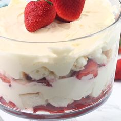Cheesecake Trifle - Layers of angel food cake, boozy berries and cream cheese filling make for a blissful berry dessert!Strawberry Cheesecake Trifle - Layers of angel food cake, boozy berries and cream cheese filling make for a blissful berry dessert! Dessert Oreo, Trifle Desserts, Just Desserts, Dessert Trifles, Food Cakes, Receita Trifle, Desserts Printemps, Punch Bowl Cake, Cookie Recipes