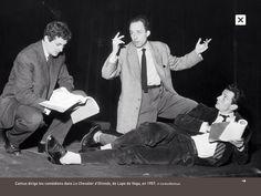 """Albert Camus (1913-1960) dirige les comédiens dans """"Le chevalier d'Olmedo"""" de Lope de Vega, en 1957"""