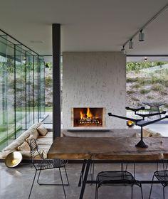 Zoveel moois in deze kamer! Let vooral ook op de stoelen en opvallende kandelaars. #meubels #inspiratie