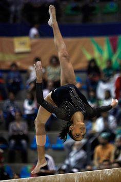 Ana Sofía Gómez, gimnasta guatemalteca, realiza una rutina en la barra durante una competencia. #Olimpiadas #Olympic #Games #Gimnasia #Londres #2012