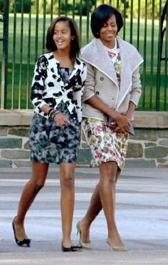 First Lady Michelle Obama and oldest daughter, Malia Obama. Malia Obama, Barack Obama Family, Obamas Family, Obama Daughter, First Daughter, Michelle Obama Fashion, Barack And Michelle, Black Presidents, American Presidents