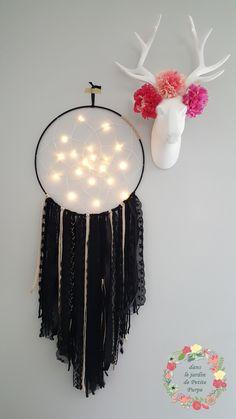 Attrape-rêves façon mobile lumineux dans les tons blanc et doré. Tissage central, différentes perles et plumes (autruches et rondes). Guirlande lumineuse -fo