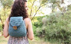 Como hacer una mochila de ganchillo T Shirt Yarn, Crochet Hats, Crochet Baskets, Diy, Bags, How To Make, Hipster Stuff, Knitting Hats, Handbags