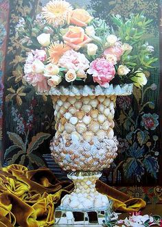 Beautiful Candace Bahouth vase and florals Seashell Art, Seashell Crafts, Beach Crafts, Seashell Bathroom, Seashell Projects, Shell Chandelier, Seaside Decor, Shell Beach, Mosaic Designs