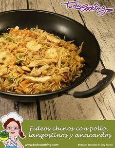Una receta con clara inspiración asiática. Estos fideos con pollo y langostinos seguro que te gustan #receta #fideos #langostinos