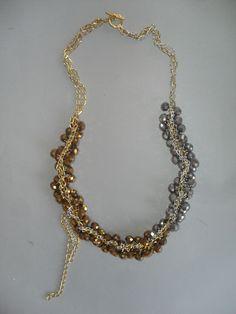 Collar de largo mediano con contraste de piedras doradas y plateadas