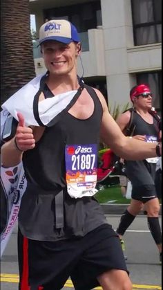 @SamHeughan a better picture of you at mile 15...