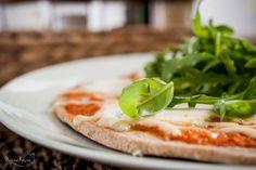 Pizza na gryczanym spodzie z mozzarellą i rukolą